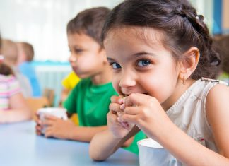 Looking for healthy snacks to take to school? Look no further and get inspired by a few kid friendly options.