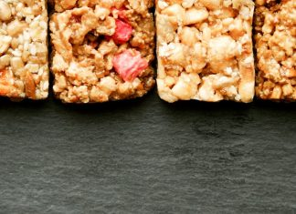 Looking for some ideas for the best granola bars for kids? Take a look at these examples and tips for making a healthy selection!